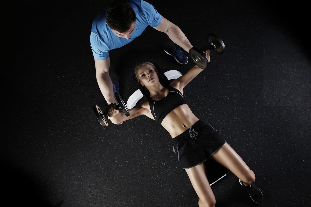 美しいスタイルの女性がトレーニングを行う
